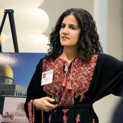Asma Jaber makes a presentation for her startup mobile app, PIVOT, that will help users learn the history of a place through photos and other information.  (Photo by Evgenia Eliseeva)