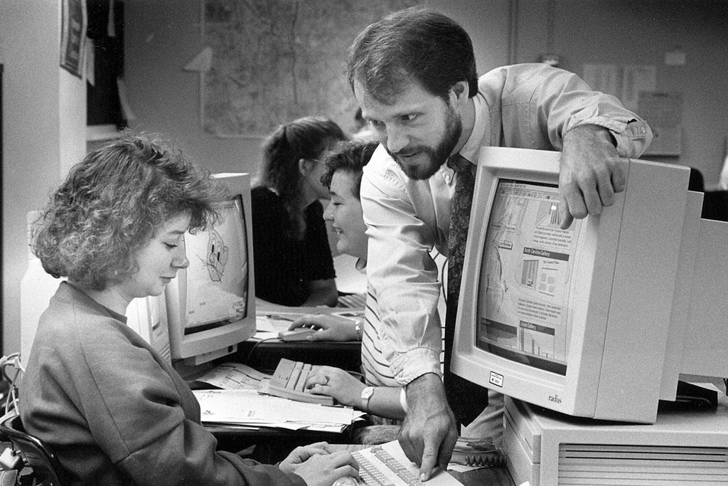 Van Kornegay teaching graphics on early Macintosh computers to the Carolina Reporter newsroom.