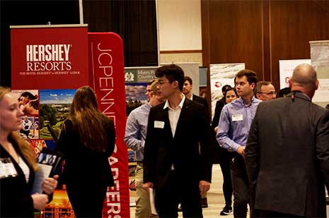 Students peruse the corporate tables at the Spring 2020 Experience Expo