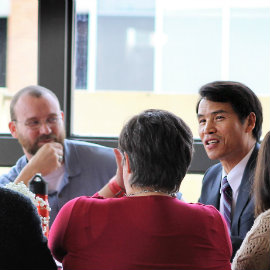 Dean Oh meets with faculty members.
